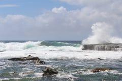 As ondas que esmagam nas rochas em Terrigal encalham Fotos de Stock Royalty Free