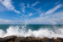 As ondas que quebram em uma praia rochoso Fotografia de Stock