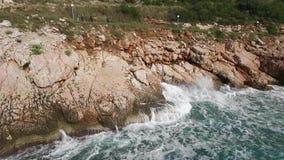 As ondas que quebram em uma praia rochoso, formando um pulverizador footage Espirrar acena nas rochas do mar vídeos de arquivo