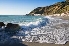 As ondas que quebram na praia abandonada, o fundo SK azul Fotos de Stock Royalty Free