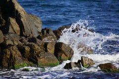As ondas quebram contra as rochas, Sozopol, Bulgária Imagem de Stock