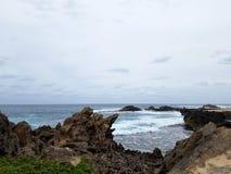 As ondas quebram e deixam de funcionar para a angra de Kaneakua Fotos de Stock Royalty Free