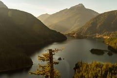 As opiniões do por do sol Diablo Lake cercaram por montanhas, nas cascatas nortes imagens de stock royalty free