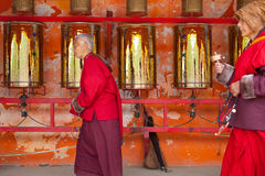 As orações que giram a oração rodam dentro a faculdade buddhish de Sertar Foto de Stock Royalty Free