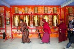 As orações que giram a oração rodam dentro a faculdade buddhish de Sertar Fotografia de Stock Royalty Free