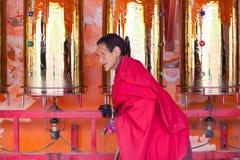 As orações que giram a oração rodam dentro a faculdade buddhish de Sertar Fotos de Stock Royalty Free