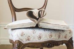 As páginas do livro aberto rolaram na forma do coração Foto de Stock