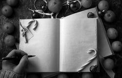 As páginas vazias abriram o livro do vintage na tabela fotos de stock royalty free