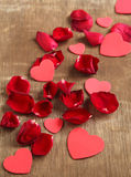 As pétalas e o coração de Rosa deram forma no fundo de madeira Imagem de Stock