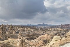 As paisagens cósmicas surpreendentes de Cappadocia Turquia são amadas e visitadas por turistas pelo mundo inteiro Fotos de Stock Royalty Free
