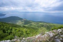 As paisagens e o barco de Ohrid do lago lavaram na praia foto de stock royalty free