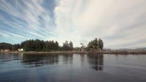 As paisagens surpreendentes acalmam a água do Oceano Pacífico na costa do fundo em Alaska vídeos de arquivo