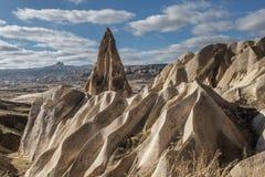 As paisagens surpreendentes com rochas e rochas em Cappadocia, Turquia, são amadas e visitadas por turistas do mundo inteiro imagens de stock royalty free
