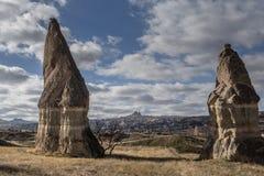 As paisagens surpreendentes com rochas e rochas em Cappadocia, Turquia, são amadas e visitadas por turistas do mundo inteiro foto de stock royalty free