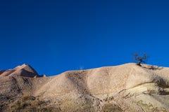 As paisagens surpreendentes com rochas e rochas em Cappadocia, Turquia, são amadas e visitadas por turistas do mundo inteiro Imagem de Stock Royalty Free