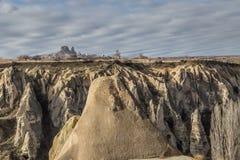 As paisagens surpreendentes com rochas e rochas em Cappadocia, Turquia, são amadas e visitadas por turistas do mundo inteiro Fotografia de Stock Royalty Free