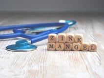 As palavras alemãs zincam a deficiência com estetoscópio fotografia de stock royalty free