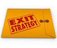 As palavras da estratégia de saída carimbaram o plano amarelo do envelope Imagem de Stock