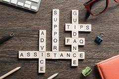 As palavras da orientação do apoio do auxílio do feedback soletraram com os cubos na tabela de madeira Foto de Stock