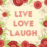 As palavras de Live Laugh Love Hand Lettered no prado vermelho brilhante bonito florescem o fundo Imagens de Stock Royalty Free