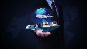 As palmas abertas do homem de negócios, rede global crescente com avião, treinam, enviam, transporte do carro, mapa do mundo, ter filme