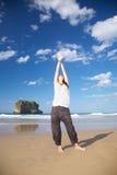 As palmas entregam acima da mulher na praia do Ballota Fotografia de Stock