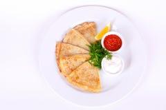 As panquecas com caviar, salsa e a cebola vermelhos sobre a placa isolaram o menu branco do fundo Imagem de Stock Royalty Free