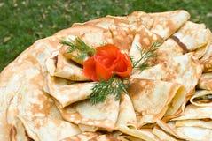 As panquecas decoradas com tomate levantaram-se Fotos de Stock