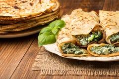 As panquecas encheram-se com os espinafres e o queijo na superfície de madeira Fotos de Stock Royalty Free