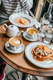 As panquecas tomam o pequeno almoço no café fotografia de stock