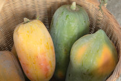 As papaia estão em uma cesta Imagem de Stock Royalty Free