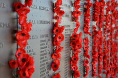 As papoilas sairam por visitantes ao memorial de guerra australiano Foto de Stock