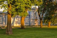 As paredes da catedral de Smolny sob o por do sol iluminam-se foto de stock
