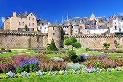 As paredes da cidade antiga e dos jardins em Vannes Brittany Northern France fotos de stock royalty free