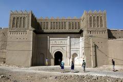 As paredes da cidade e a porta velhas do enterance de Ksar Ouled Abd El Halim em Rissani, Marrocos Fotos de Stock