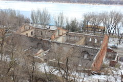 As paredes da construção velha nos bancos do rio imagem de stock