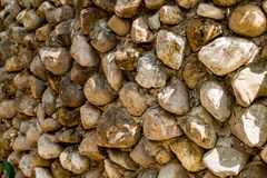 As paredes de pedras marrons são emplastradas contra a parede imagem de stock