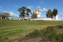 As paredes de um monastério antigo contra o céu azul fotos de stock royalty free