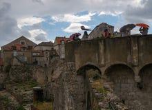 As paredes do Dubrovnik Guarda-chuvas, chuva e vento Croácia fotografia de stock royalty free