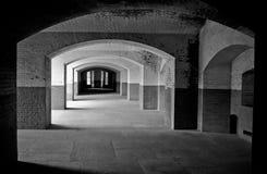 As paredes e os salões de tijolo no forte histórico apontam Fotos de Stock