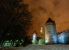 As paredes e as torres do castelo de Toompea destacaram por lâmpadas de rua em t Foto de Stock