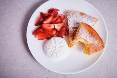 As partes cerâmicas brancas da porcelana de torta de maçã chapeiam a sobremesa doce Foto de Stock