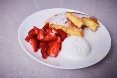 As partes cerâmicas brancas da porcelana de torta de maçã chapeiam a sobremesa doce Imagem de Stock Royalty Free