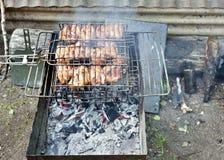 As partes de carne são grelhadas sobre carvões quentes imagem de stock