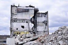 As partes de metal e de pedra estão desintegrando-se da construção demulida Fotos de Stock
