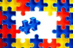 As partes de um enigma de serra de vaivém colorido arranjaram para formar uma página no fundo branco Barreiras da ruptura junto p Imagens de Stock Royalty Free