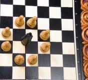 As partes de xadrez são colocadas no tabuleiro de xadrez Fotos de Stock