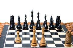 As partes de xadrez são colocadas no tabuleiro de xadrez Fotos de Stock Royalty Free