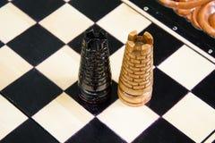 As partes de xadrez são colocadas no tabuleiro de xadrez Imagens de Stock Royalty Free