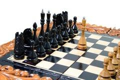 As partes de xadrez são colocadas no tabuleiro de xadrez Foto de Stock Royalty Free